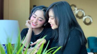 Tak hanya dekat di dunia kerja, namun keduanya akrab dalam kegiatan sehari-hari. Dari pergi berlibur bersama, jalan-jalan ke mall sampai punya baju yang kembar. (Liputan6.com/IG/@dewiperssikreal)