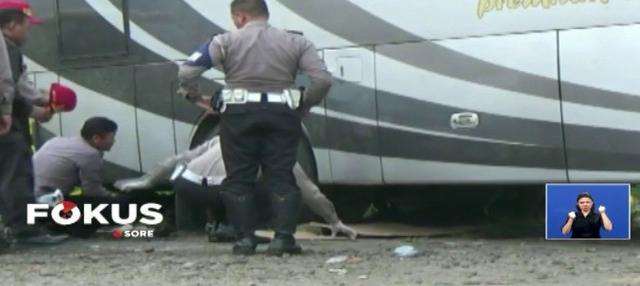 Pemeriksaan bangkai bus yang mengakibatkan kecelakaan di Tanjakan Emen dilakukan di pos patroli Jalan Raya Cipali, Jawa Barat, pada Rabu (14/2) siang.