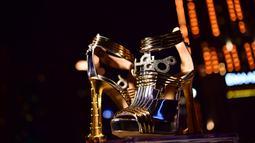 """Sepasang sepatu high heels """"The Moon Star Shoes"""" dalam presentasi peluncuran di Dubai pada 11 Oktober 2019. Desainer Italia Antonio Vietri menciptakan sepatu yang dihias berlian 30 karat  dan sepotong kecil meteorit yang ditemukan di Argentina pada tahun 1576. (Photo by GIUSEPPE CACACE / AFP)"""