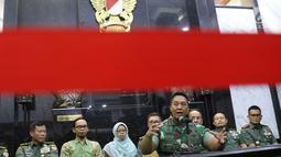 KSAD Jenderal TNI Andika Perkasa memberi keterangan pers terkait taruna Akademi Militer (Akmil) Enzo Zenz Allie di Mabes AD, Jakarta, Selasa (13/8/2019). Menurut Andika, Enzo berpegang teguh kepada Pancasila. (Liputan6 com/Angga Yuniar)