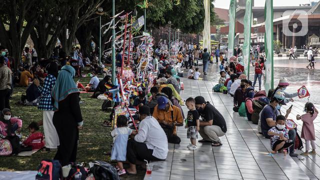 Suasana pengunjung yang berwisata di Taman Mini Indonesia Indah (TMII), Jakarta, Sabtu (15/5/2021). Selama libur Lebaran, pengelola TMII memberlakukan protokol kesehatan secara ketat. (Liputan6.com/Faizal Fanani)