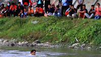 Panji Petualang loncat ke Sungai Palu, Sulawesi Tengah, untuk memastikan ada tidaknya buaya berkalung ban. (Foto: Dite Surendra/Jawa Pos)