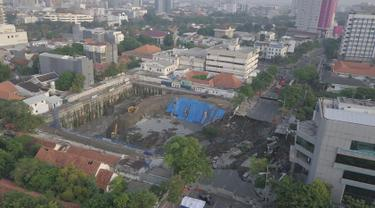 Foto aerial kondisi tanah di Jalan Raya Gubeng, Surabaya, Jawa Timur, Rabu (19/12). Jalan raya tersebut amblas sedalam sekitar 20 meter dengan lebar 30 meter pada Selasa malam. (Liputan6.com/Pool/FB Dishub Kota Surabaya)