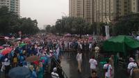 Ratusan orang tetap menghadiri senam sehat, bagian acara deklarasi dukungan Prabowo-Sandiaga di Kemayoran. (Merdeka.com)