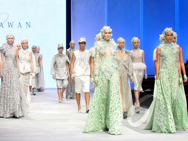 """Sejumlah model memperagakan busana rancangan Ivan Gunawan yang bertema """"Thalassa"""" pada ajang Indonesia Fashion Week 2015 di JCC Senayan, Jakarta, Kamis (26/2). (Liputan6.com/Panji Diksana)"""