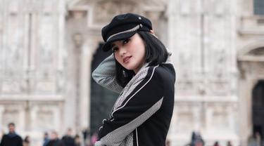 Tak hanya sebagai pelindung dari terik panas matahari, topi juga menjadi salah satu fashion item yang wajib bagi Ririn Ekawati. Dengan mengenakan topi, penampilannya pun nampak makin paripurna. (Liputan6.com/IG/ririnekawati)