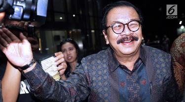 Mantan Gubernur Jatim, Soekarwo usai menjalani pemeriksaan di gedung KPK, Jakarta, Rabu (28/8/2019). Soekarwo diperiksa sebagai saksi dugaan korupsi pembahasan, dan pengesahan APBD/APBD P Kab Tulungagung 2015-2018 dengan tersangka Ketua DPRD Tulungagung, Supriyono. (Liputan6.com/Helmi Fithriansyah)
