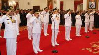 Gubernur dan wakil gubernur hasil Pilkada 2018 memberi hormat saat pelantikan di Istana Negara, Jakarta, Rabu (5/9). Mereka adalah gubernur dan wakil gubernur Kalbar, Sulteng, Sulsel, Papua, Jabar, Jateng, Sumut, NTT, Bali. (Liputan6.com/HO/Wan)