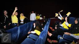 Ketua Umum Partai Golkar, Setya Novanto (kedua kiri) menyapa anak anak jelang nonton bareng film Iqro bersama 1000 anak yatim di Jakarta, Minggu (12/2). Acara ini untuk memperingati Maulid Nabi Muhammad SAW. (Liputan6.com/Helmi Fithriansyah)