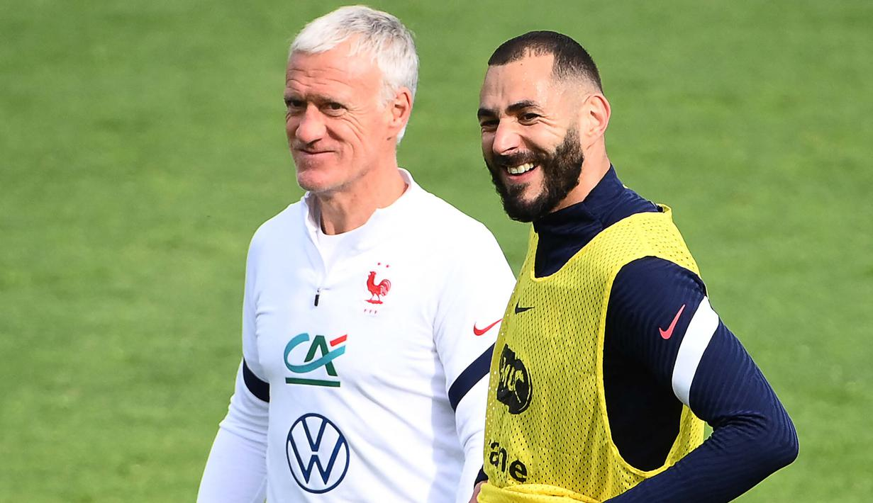 Pelatih Timnas Prancis Didier Deschamps (kiri) dan pemain Timnas Prancis Karim Benzema saat melakukan sesi latihan jelang melakukan pertandingan persahabatan melawan Timnas Wales. (Foto: AFP/Franck Fife)