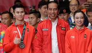 Presiden Joko Widodo foto bersama dengan atlet wushu Indonesia Edgar Marvelo dan Lindswell Lindswell saat menyaksikan pertandingan Wushu di Asian Games ke-18 di Jakarta, (20/8). (AP Photo/Aaron Favila)