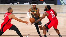 Pebasket  Oklahoma City Thunder, Shai Gilgeous-Alexander, berusaha melewati pebasket Houston Rockets pada laga NBA, Selasa (1/9/2020). Oklahoma City Thunder menang 104-100 atas Houston Rockets. (AP Photo/Mark J. Terrill)