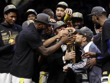 Para pebasket Golden State Warriors merayakan kemenangan atas Cleveland Cavaliers pada final NBA di Quicken Loans Arena, Ohio, Jumat (8/6/2018). Warriors juara setelah menang 4-0 atas Cavaliers. (AFP/Tony Dejak)