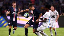 Gelandang PSG, Ander Herrera, berebut bola saat melawan Rennes pada laga Piala Super Prancis di Stadion Shenzhen, China, Sabtu (3/8). PSG menang 2-1 atas Rennes. (AFP/Franck Fife)