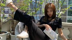 """Dalam kesehariannya, pelantun lagu """"Kill This Love"""" ini lebih sering tampil santai seperti dengan kaos dan celana kain hitam ini. Dipadukan dengan tas Chanel dan sepatu kets putih, penampilannya modis. (Liputan6.com/IG/@jennierubyjane)"""