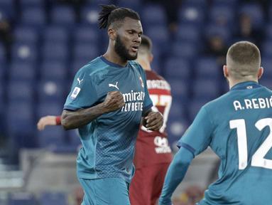 Pemain AC Milan, Franck Kessie, melakukan selebrasi usai mencetak gol ke gawang AS Roma pada laga Liga Italia di Stadion Olimpico, Roma, Minggu (28/2/2021). AC Milan menang dengan skor 2-1. (AP/Gregorio Borgia)