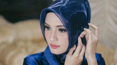 Calon istri Gubernur Kalteng Sugianto Sabran, Yulistra Ivo berpose dengan mengenakan kerudung dan busana berwarna biru. Yulistra Ivo adalah wanita 25 tahun yang dikabarkan akan resmi menjadi istri Sugianto Sabran. (Facebook/yuliastraivo)