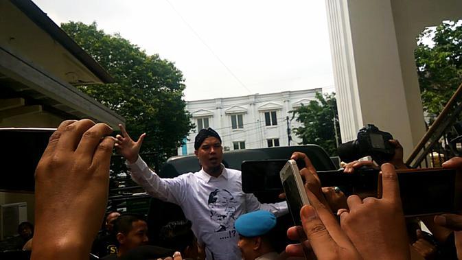 Ahmad Dhani usai menjalani sidang di Pengadilan Negeri Surabaya. (/Dian Kurniawan)