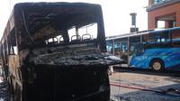 Sebuah bus tiba-tiba terbakar di Bandara Ngurah Rai. Bus milik salah satu perusahaan ground handling itu hangus dan memancarkan asap pekat cukup tinggi. (Liputan6.com/ Dewi Divianta)