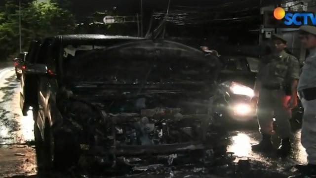 Pemilik mobil yang panik langsung mencari bantuan warga sekitar untuk memadamkan kepulan asap di bagian mesin