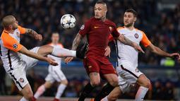 Pemain Shakhtar Donetsk, Yaroslav Rakytskyy berebut bola dengan pemain AS Roma, Nainggolan pada leg kedua 16 besar Liga Champions 2017-2018  di Stadion Olimpico, Rabu (14/3). AS Roma melaju ke perempatfinal usai menang 1-0. (AP/Gregorio Borgia)