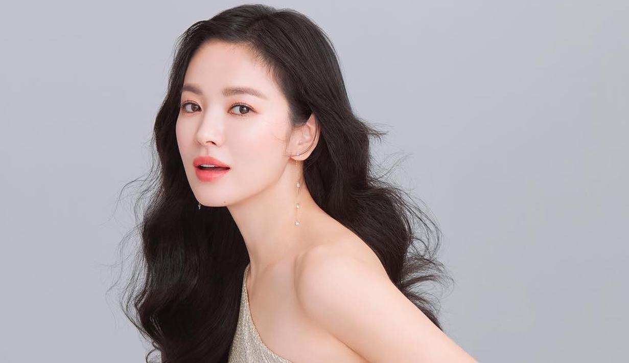 Sebagai perempuan dan juga berprofesi sebagai artis, Song Hye Kyo sangat mementingkan yang namanya penampilan. Bukan hanya gaya berbusana dan makeup, namun perhiasan juga penting untuknya. (Instagram/kyo1122)