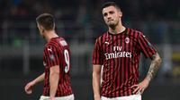 Gelandang AC Milan, Rade Krunic, tampak kecewa usai ditahan imbang Lecce pada laga Serie A Italia di Stadion San Siro, Milan, Minggu (20/10). Kedua klub bermain imbang 2-2. (AFP/Miguel Medina)