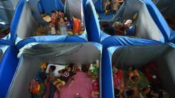 Anak-anak terdampak letusan gunung berapi berkumpul di sebuah pusat evakuasi di Tagaytay City, provinsi Cavite Filipina (17/1/2020). Ancaman gunung berapi Taal Filipina yang melepaskan potensi letusan bencana tetap tinggi. (AFP/Ted Aljibe)
