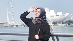 Seleb 23 tahun ini memang dikenal sering mengenakan outfit bernuansa hitam. Meski memilih warna gelap, penampilan Vebby Palwinta tetap terlihat modis. Saat berlibur kali ini, baju dan rok hitam yang dipadukan dengan hijab abu agar terlihat serasi. (Liputan6.com/IG/@vebbypalwinta)