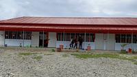 Lebih dari setahun bencana gempa dan likuefaksi Palu berlalu, para siswa MTs Negeri 3 Palu masih menempati bangunan sekolah sementara di lahan pinjaman. (Liputan6.com/Dinny Mutiah)