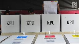 Warga menggunakan hak pilihnya saat pemungutan ulang Pemilu 2019 di TPS 71 Kelurahan Cempaka Putih, Kecamatan Ciputat Timur, Tangerang Selatan, Rabu (24/4). Pencoblosan ulang dilakukan karena ditemukannya pelanggaran oleh Bawaslu saat pemilu serentak pada 17 April 2019 lalu (merdeka.com/Arie Basuki)