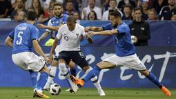 Pemain Prancis, Kylian Mbappe berusaha keluar dari kepungan para pemain Italia pada laga uji coba di Allianz Riviera stadium, Nice, (1/6/2018). Prancis menang 3-1. (AP/Claude Paris)