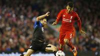 Pemain Liverpool, Roberto Firmino berusaha menghindari tekel pemain Bournemouth, Marc Pugh pada laga Piala Liga Inggris di Stadion Anfield, Inggris, Rabu (28/10/2015). (Action Images via Reuters/Lee Smith)