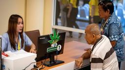 Perawat melayani pendaftaran pasien selama pembukaan klinik khusus pengobatan tradisional dan alternatif yang berbahan utama ganja di Bangkok, 6 Januari 2020. Langkah ini bagian dari upaya pemerintah Thailand dalam mengembangkan industri obat berbasis ganja. (Mladen ANTONOV / AFP)