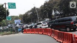 Deretan pembatas menutup arus lalu lintas menuju Jalan Medan Merdeka Utara, Jakarta, Senin (14/10/2019). Menurut petugas jaga, penutupan ini antisipasi aksi unjuk rasa yang rencananya akan dilakukan di sekitar depan Istana Negara. (Liputan6.com/Helmi Fithriansyah)