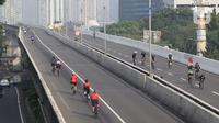 Sejumlah pengguna sepeda road bike melintas di Jalan Layang Non Tol (JLNT) Kampung Melayu-Tanah Abang, Jakarta, Minggu (30/5/2021). Dinas Perhubungan DKI Jakarta melakukan uji coba lintasan road bike JLNT Kampung Melayu-Tanah Abang tahap kedua pada pukul 05.00-08.00 WIB. (Liputan6.com/Herman Zakhari