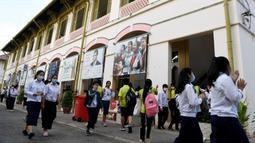Sejumlah pelajar mengenakan masker saat beraktivitas di sebuah sekolah di Phnom Penh (28/1/2020). Pemerintah Kamboja dalam beberapa hari terakhir telah menutup aktivitas belajar di sekolah-sekolah sebagai upaya pencegahan terhadap virus corona. (TANG CHHIN SOTHY/AFP)