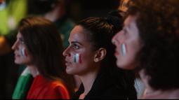 Menonton pertandingan dari layar raksasa dari luar stadion tak mengurangi antusias mereka dikarenakan kebijakan dibatasinya penonton yang boleh hadir di Stadion Olimpico. (Foto: AP/Riccardo De Luca)