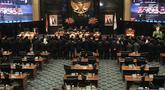 Ketua Pengadilan Tinggi DKI Jakarta Syahrial Sidik membacakan sumpah bagi sejumlah anggota DPRD DKI Jakarta yang terpilih dalam Pemilu 2019 di Gedung DPRD DKI Jakarta, Senin (26/8/2019). Sebanyak 106 anggota DPRD DKI Jakarta 2019-2024 resmi dilantik hari ini. (merdeka.com/Iqbal S Nugroho)