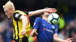 Gelandang Watford, Will Hughes, duel udara dengan bek Chelsea, Marcos Alonso, pada laga Premier League di Stadion Stamford Bridge, London, Minggu (5/5). Chelsea menang 3-0 atas Watford. (AFP/Ben Stansall)