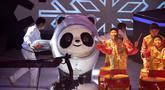 Maskot Olimpiade Musim Dingin Beijing 2022 Bing Dwen Dwen diperlihatkan saat upacara peluncuran di Arena Hoki Es Shougang (17/9/2019). Bing Dwen Dwen dirancang dengan menggunakan bentuk asli panda dan kristal es. (AP Photo/Ng Han Guan)