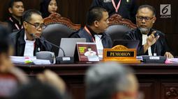 Kuasa hukum paslon nomor urut 02 selaku pemohon Bambang Widjojanto dan Denny Indrayana berdiskusi disela sidang perdana sengketa Pilpres 2019 di Gedung Mahkamah Konstitusi, Jumat (14/6/2019). Sidang tersebut dengan agenda pembacaan materi gugatan dari pemohon. (Lputan6.com/Johan Tallo)
