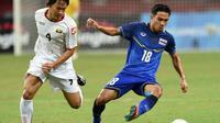 Pemain tim nasional Thailand, Chanathip Songkrasin (kanan). (AFP/Roslan Rahman)