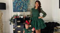Farah Quinn kembali membagikan potret ia dan buah hati mengenakan busana serasi, kali ini gaun bernuansa hijau. (dok. Instagram @farahquinnofficial/https://www.instagram.com/p/CJNr0e4hKV7/)