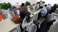 Sejumlah pegawai saat tidur siang di mejanya masing-masing pada jam istirahat di kantornya, di Beijing, China, (21/4). Kegiatan tidur siang ini pemandangan biasa di kalangan pekerja kantoran di China. (REUTERS / Jason Lee)