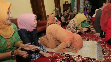Ibunda Joko Widodo, Sudjiatmi Notomihardjo sujud syukur usai mendengar hasil rekapitulasi Pilpres 2014 di kediamannya, Solo, Selasa (22/7/14). (ANTARA FOTO/Hafidz Novalsyah)
