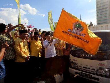 Ketua DPR sekaligus Ketua DPP Partai Golkar Setya Novanto di dampingi sejumlah Fraksi Partai Golkar secara simbolis melepas 25 ribu paket sembako, di Komplek Parlemen, Senayan, Jakarta, Jumat (16/6). (Liputan6.com/Johan Tallo)