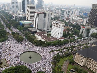 Tampak dari Gedung Indosat, ribuan ormas Islam memadati kawasan Bundaran Patung Kuda, Jakarta, Jumat (4/11). Massa berkumpul untuk melakukan aksi di depan Istana Negara menuntut penegakan hukum kasus dugaan penistaan agama. (Liputan6.com/Fery Pradolo)
