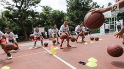 Para siswi mendribble bola pada program coaching clinic dan NBA Cares yang digelar Jr. NBA Indonesia di SMAN 82 Jakarta, Kamis (28/9). The NBA kembali menggelar program Jr. NBA, bagi pengembangan generasi muda bertaraf global yang mempromosikan gaya hidup sehat dan aktif. (Liputan6.com/Fery Pradolo)
