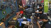 Mekanik memperbaiki dan merestorasi sepeda di Workshop Sampurna Bike Kalibata, Jakarta, Kamis (9/7/2020). Tren bersepeda yang sedang tinggi di masyarakat menjadikan permintaan perbaikan sepeda di bengkel tersebut meningkat hingga 300 persen. (Liputan6.com/Herman Zakharia)